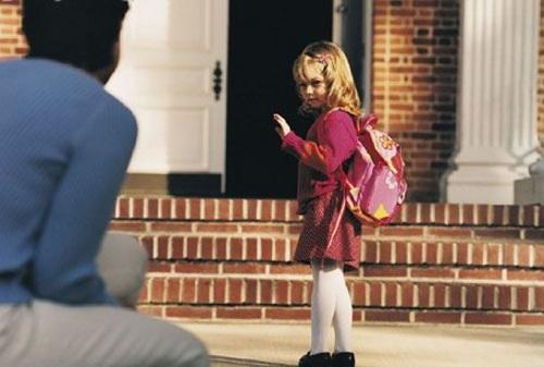 Criança-se-despedindo-para-entrar-na-escola